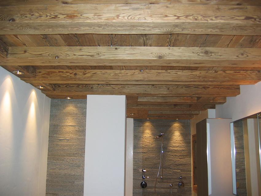 Decke Badezimmer aus Altholz – Josias Gasser Baumaterialien AG